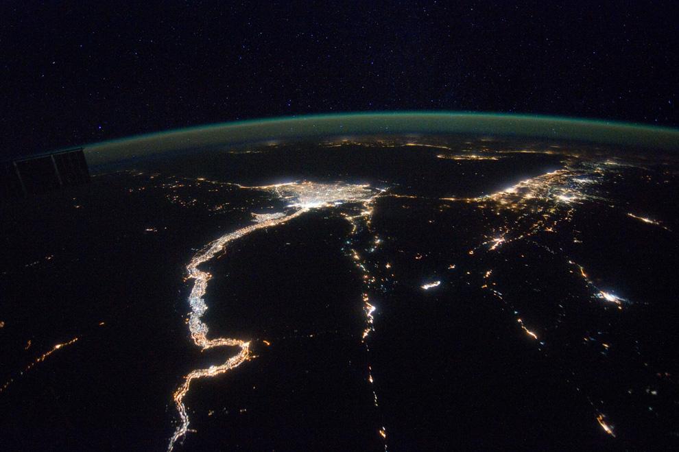 Долина Нила и Средиземное море ночью из космоса
