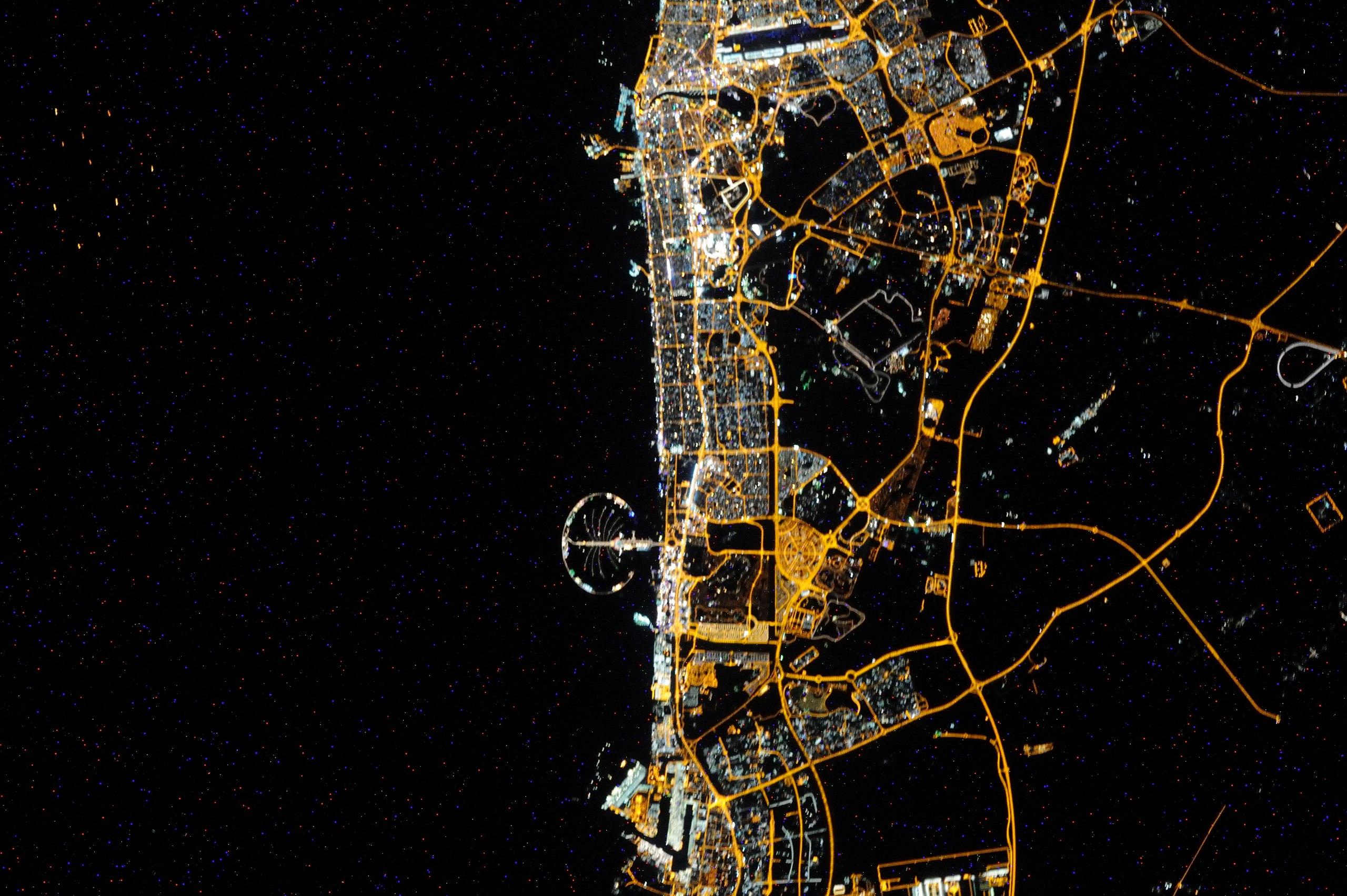 Вид ночного Дубая из космоса