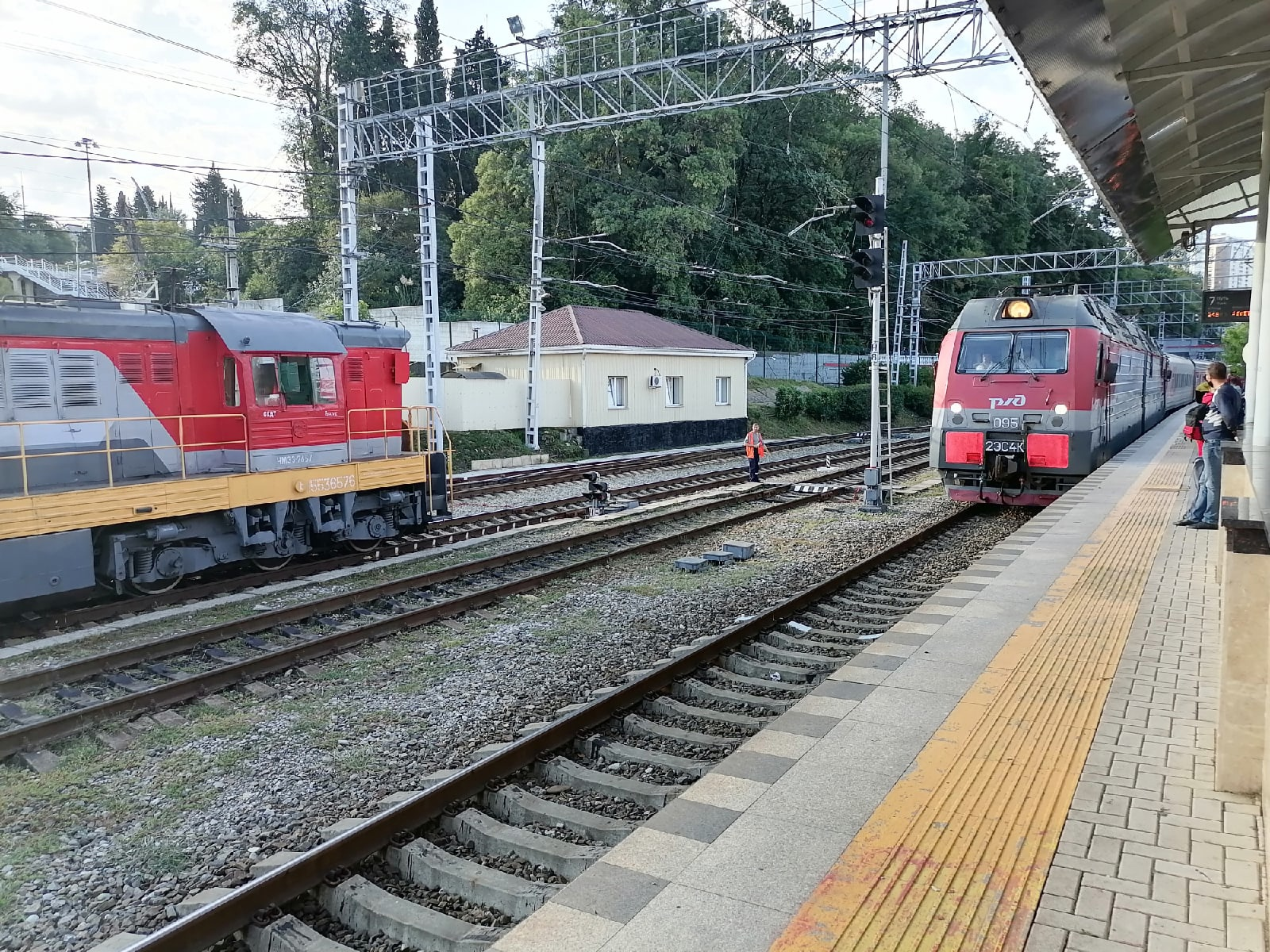 Поезд прибывает на вокзал в Сочи